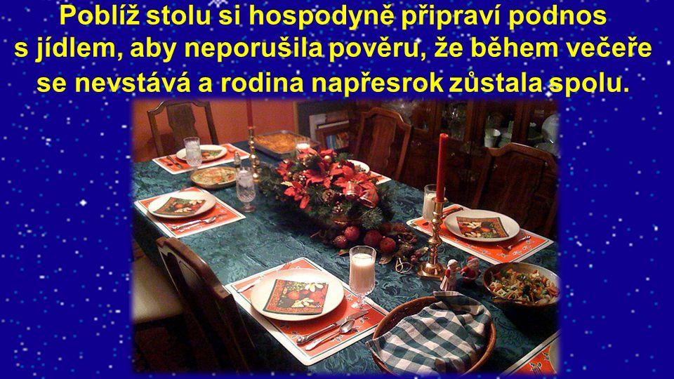 Poblíž stolu si hospodyně připraví podnos s jídlem, aby neporušila pověru, že během večeře se nevstává a rodina napřesrok zůstala spolu.