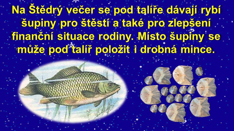 Na Štědrý večer se pod talíře dávají rybí šupiny pro štěstí a také pro zlepšení finanční situace rodiny.