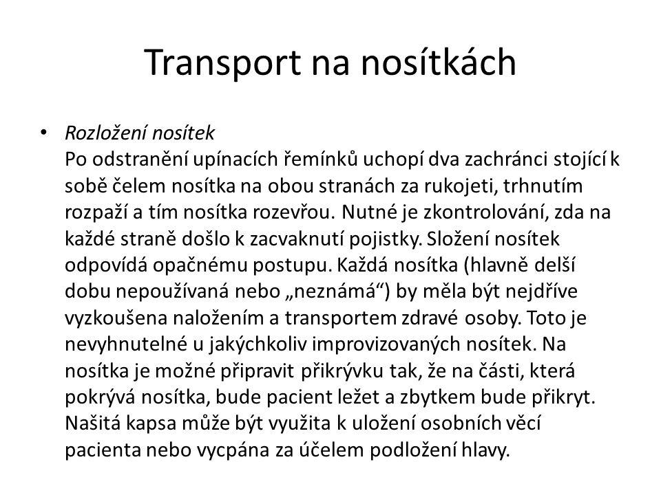 Transport na nosítkách • Rozložení nosítek Po odstranění upínacích řemínků uchopí dva zachránci stojící k sobě čelem nosítka na obou stranách za rukoj