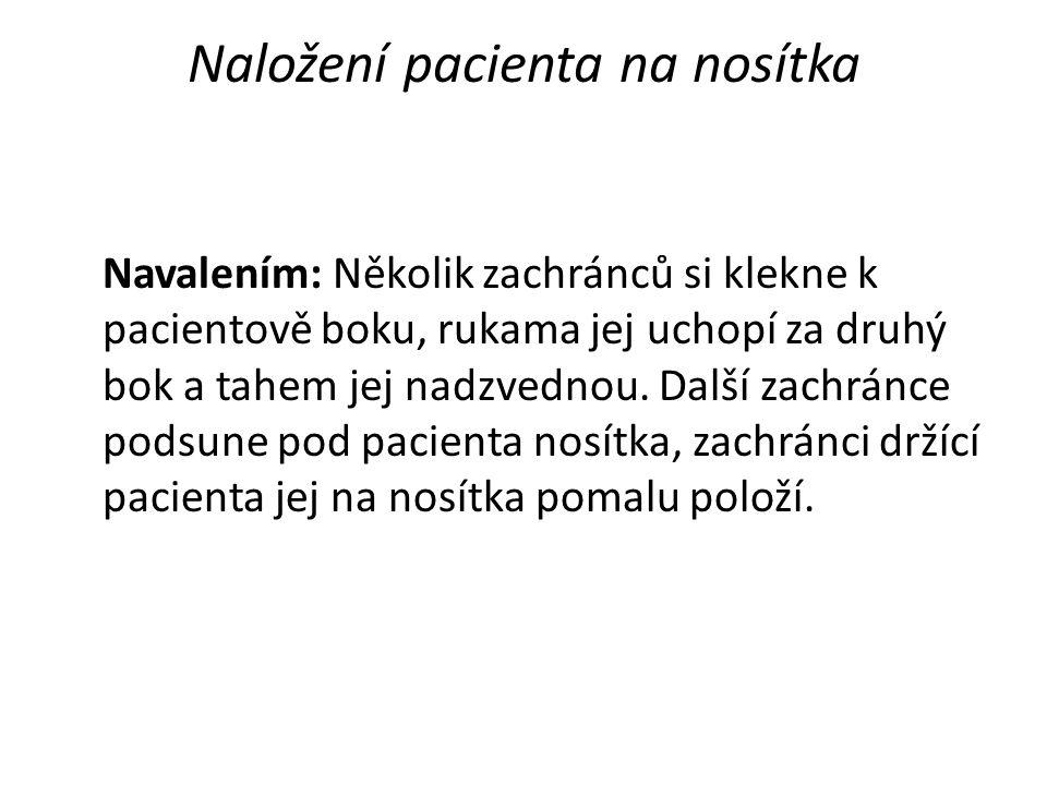 Naložení pacienta na nosítka Navalením: Několik zachránců si klekne k pacientově boku, rukama jej uchopí za druhý bok a tahem jej nadzvednou. Další za
