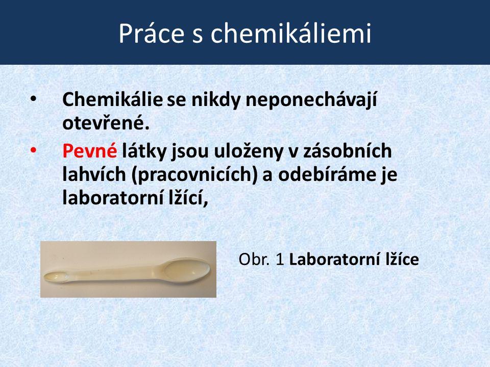 Práce s chemikáliemi • Chemikálie se nikdy neponechávají otevřené. • Pevné látky jsou uloženy v zásobních lahvích (pracovnicích) a odebíráme je labora