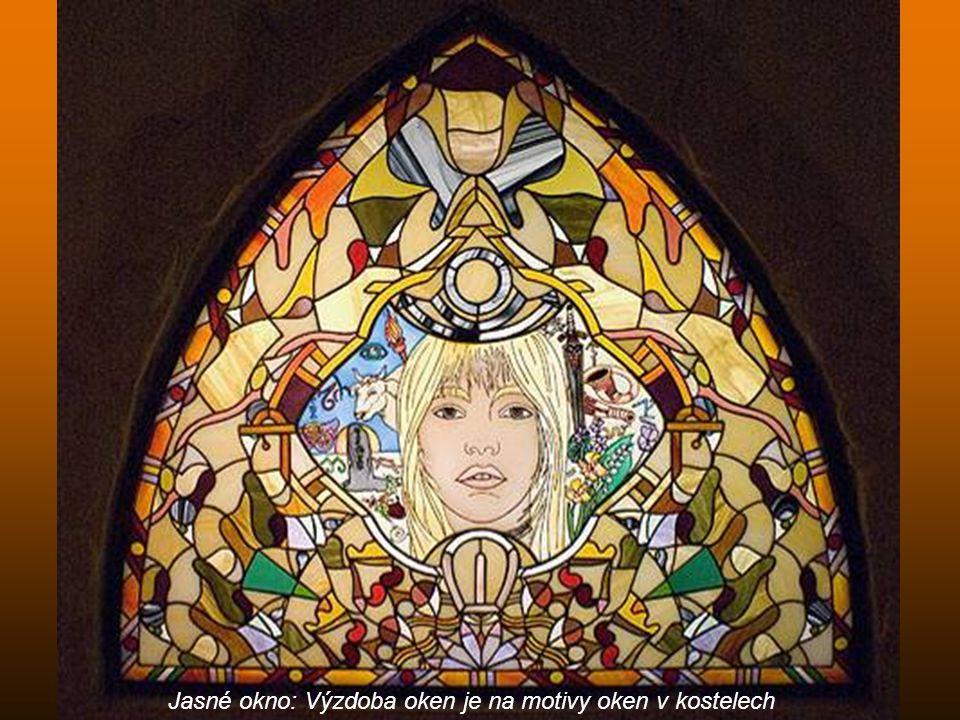 Jasné okno: Výzdoba oken je na motivy oken v kostelech