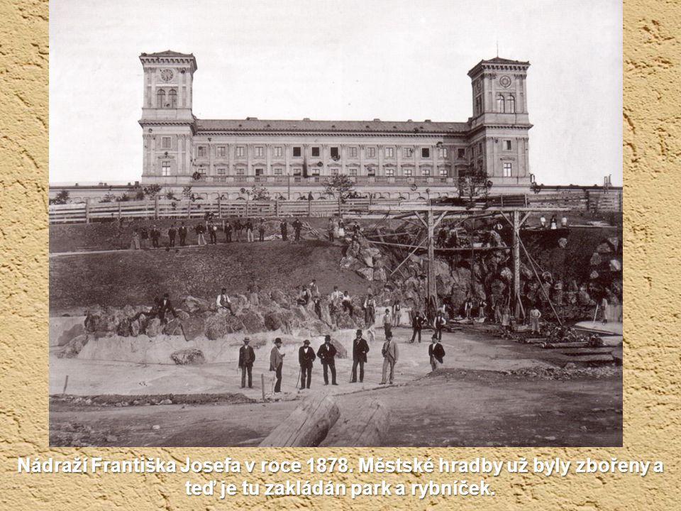 Císař odjížděl z nádraží, které neslo jeho jméno. Tenkrát to byla periférie Prahy. Dnes tu stojí Fantova budova hlavního nádraží. Snímek je asi ze 70.