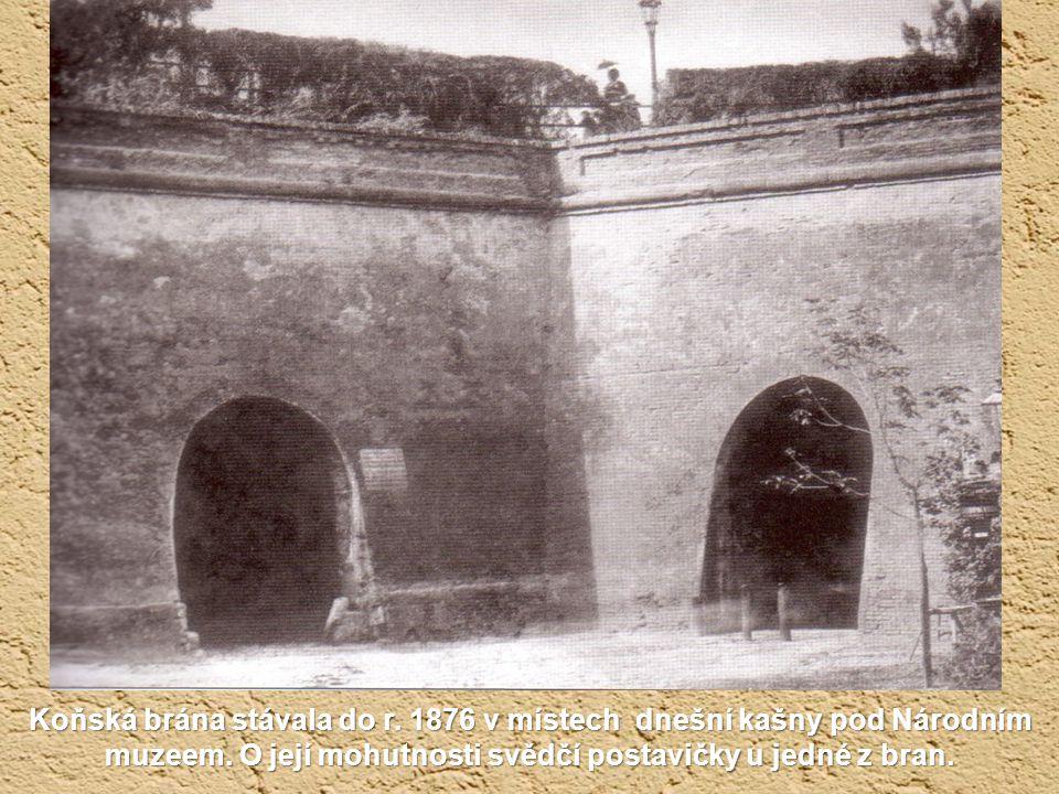 Nádraží Františka Josefa v roce 1878. Městské hradby už byly zbořeny a teď je tu zakládán park a rybníček.