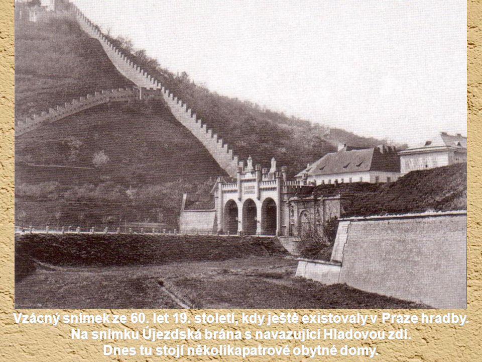 Krátké nahlédnutí do Podskalí, kde obvykle končili vltavští voraři. Na snímku z roku 1870 nevede ještě silnice pod vyšehradskou skalou tunelem do Podo