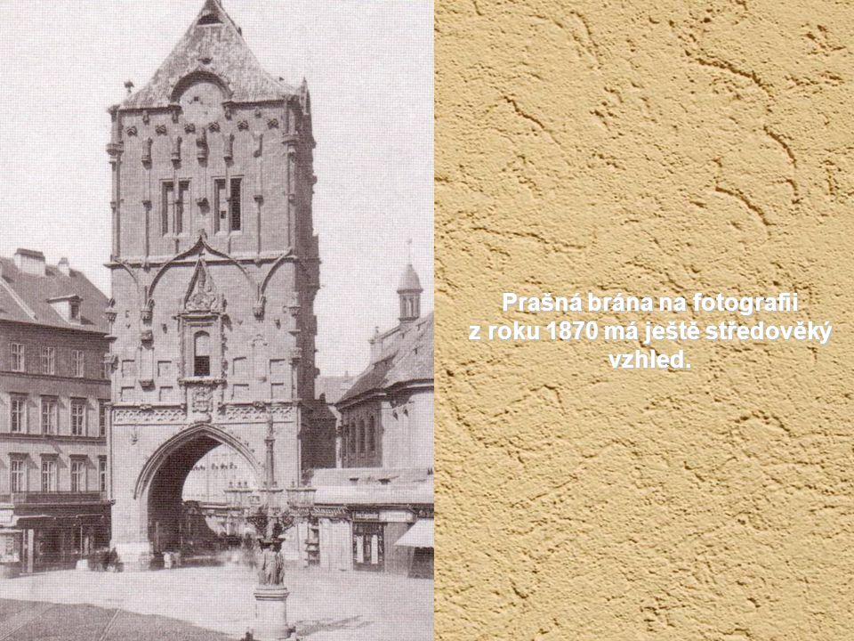 Pohled na Týnský chrám z přelomu 19. a 20. století, kdy jezdila tramvaj Celetnou ulicí i kolem orloje.