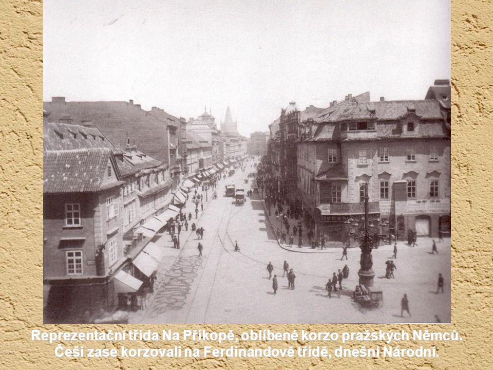 Václavské náměstí roku 1883, kdy už jezdila přes střed náměstí, později od Můstku až k Muzeu, koňka. V roce 1900 byla elektrifikována. Výhybky se přeh