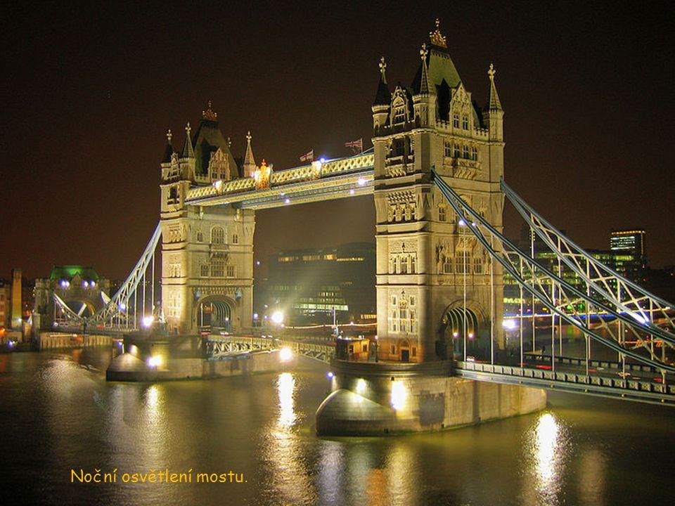 Tower Bridge přetíná Temží na východním konci Londýna. Od počátku své existence byl považován za mistrovské dílo moderní techniky. Byl srovnáván se sl