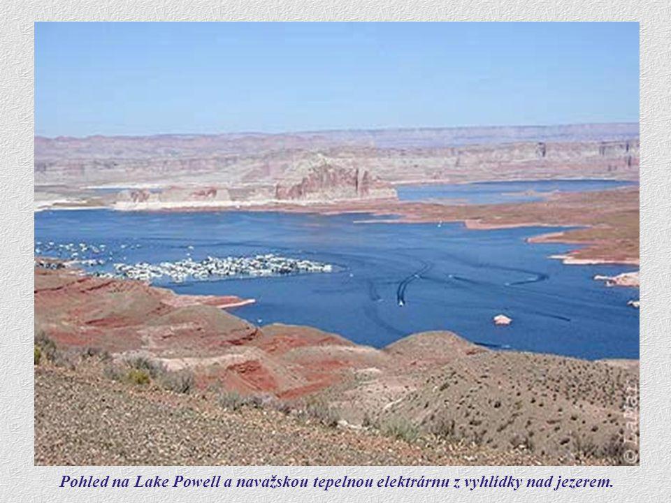 Jasně modrá voda v Lake Powell ostře kontrastuje s převážně do červena zbarvenými skalními bloky, lemující celou přehradu. Ve zdejší suché poušti je v