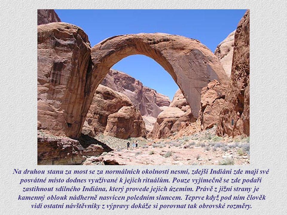 Skalní brána je neobyčejně pravidelná, v nejvyšším místě je silná téměř 13 m.