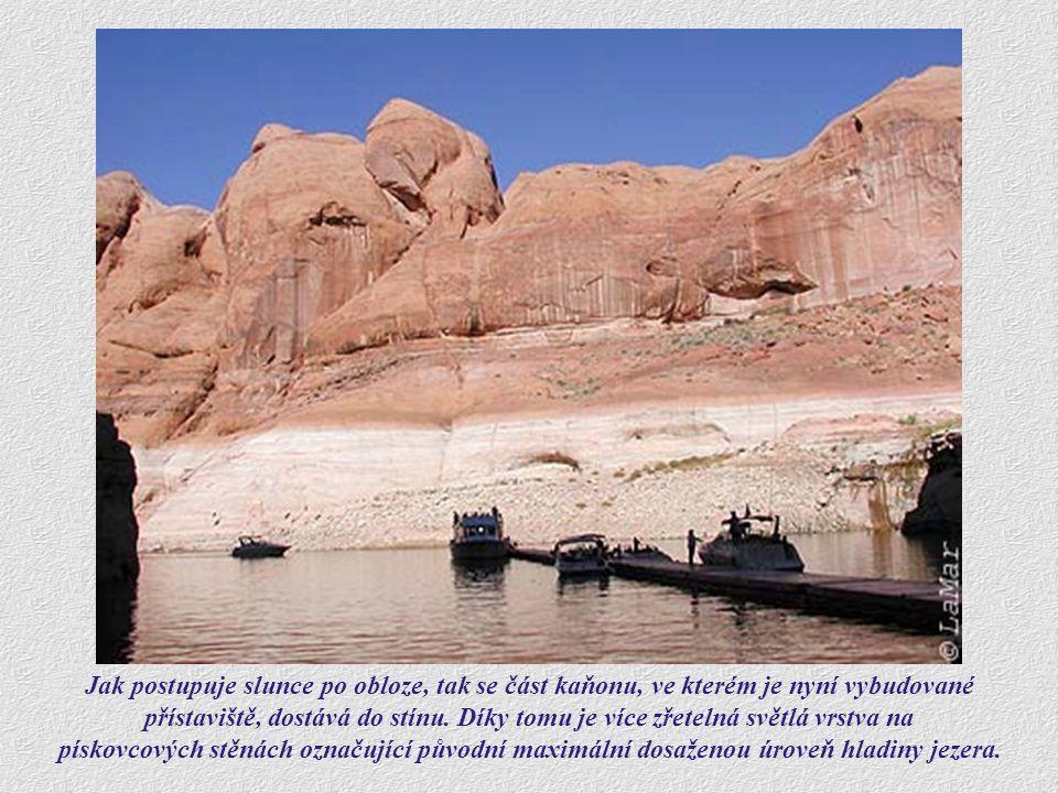 Dvě velké kovové plakety zasazené do pískovcové stěny označují pro místní Indiány tolik důležité místo.