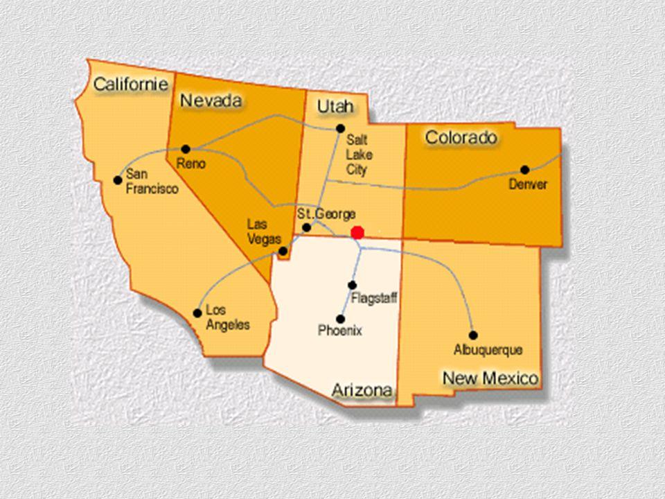 Opuštěná vodní plocha v klikatícím se dlouhém ramenu Navajo Canyon.