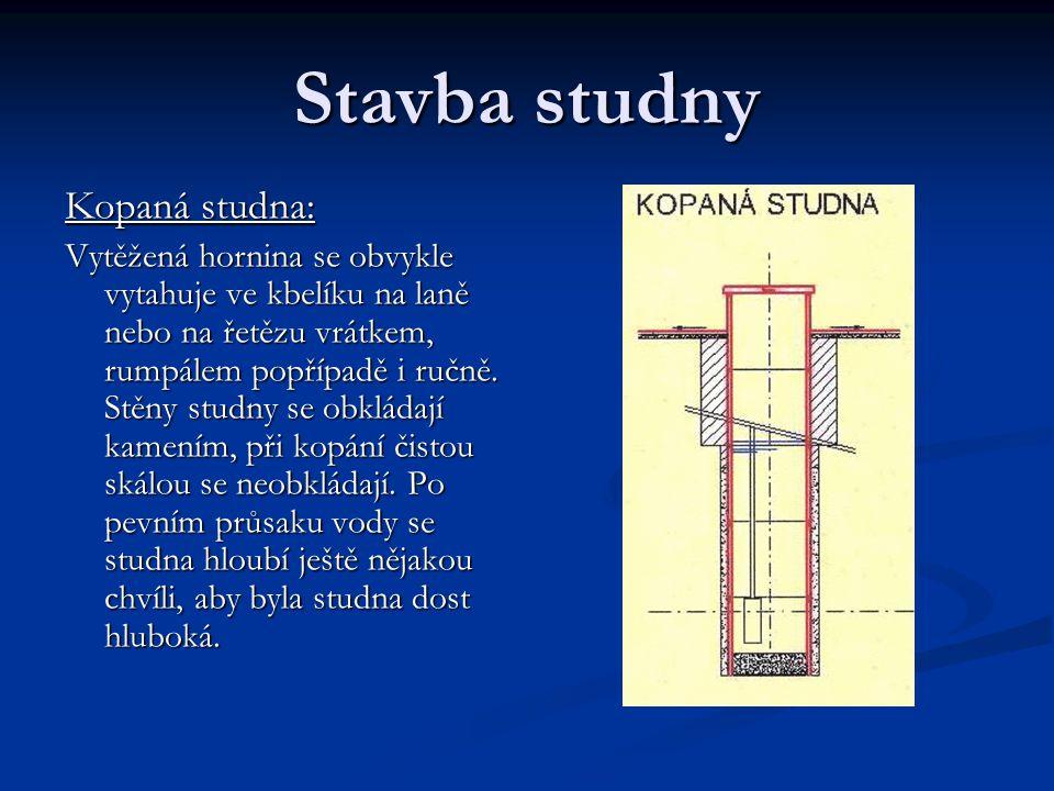 Stavba studny Kopaná studna: Vytěžená hornina se obvykle vytahuje ve kbelíku na laně nebo na řetězu vrátkem, rumpálem popřípadě i ručně. Stěny studny
