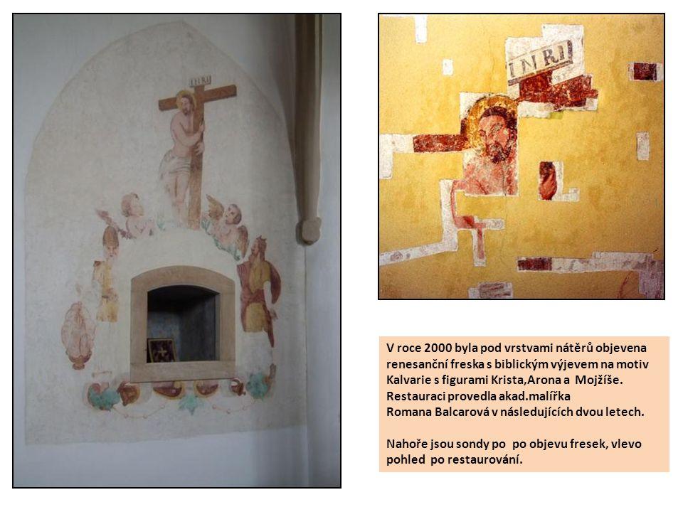 V roce 2000 byla pod vrstvami nátěrů objevena renesanční freska s biblickým výjevem na motiv Kalvarie s figurami Krista,Arona a Mojžíše. Restauraci pr