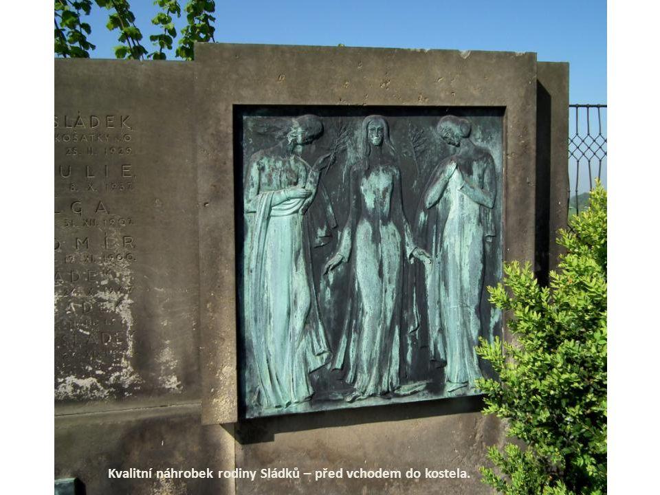 Kvalitní náhrobek rodiny Sládků – před vchodem do kostela.