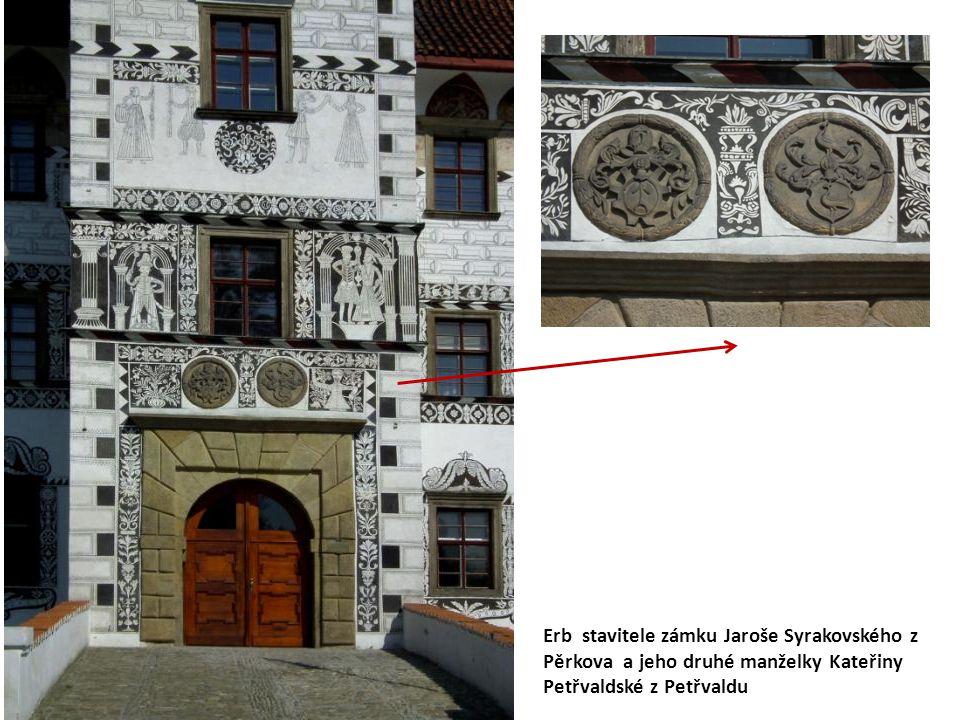 Erb stavitele zámku Jaroše Syrakovského z Pěrkova a jeho druhé manželky Kateřiny Petřvaldské z Petřvaldu