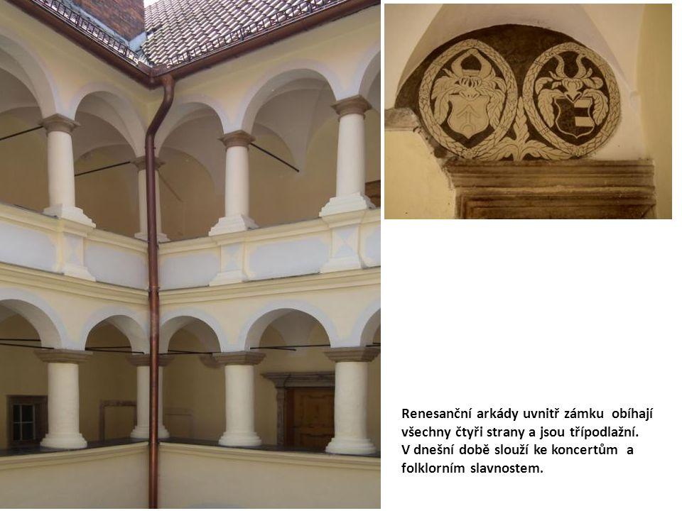 Renesanční arkády uvnitř zámku obíhají všechny čtyři strany a jsou třípodlažní.