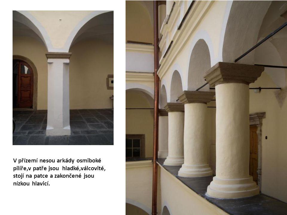 V přízemí nesou arkády osmiboké pilíře,v patře jsou hladké,válcovité, stojí na patce a zakončené jsou nízkou hlavicí.