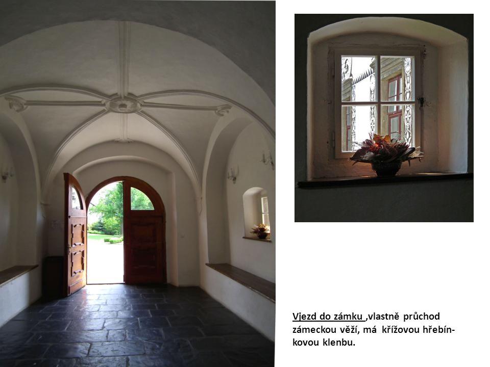 Vjezd do zámku,vlastně průchod zámeckou věží, má křížovou hřebín- kovou klenbu.