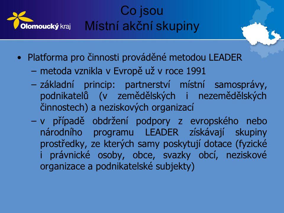 Co jsou Místní akční skupiny •Platforma pro činnosti prováděné metodou LEADER –metoda vznikla v Evropě už v roce 1991 –základní princip: partnerství místní samosprávy, podnikatelů (v zemědělských i nezemědělských činnostech) a neziskových organizací –v případě obdržení podpory z evropského nebo národního programu LEADER získávají skupiny prostředky, ze kterých samy poskytují dotace (fyzické i právnické osoby, obce, svazky obcí, neziskové organizace a podnikatelské subjekty)
