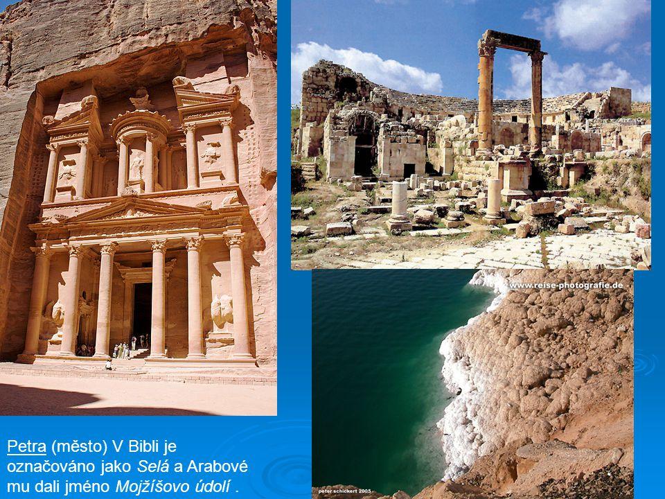 Petra (město) V Bibli je označováno jako Selá a Arabové mu dali jméno Mojžíšovo údolí.