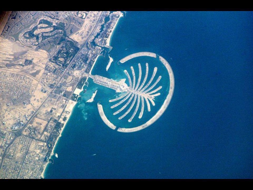 Plánují se tři takové palmové ostrovy, přičemž ten poslední má být největší. V resortu bude 2 000 vil, 40 luxusních hotelů, nákupní centra, kina a mno