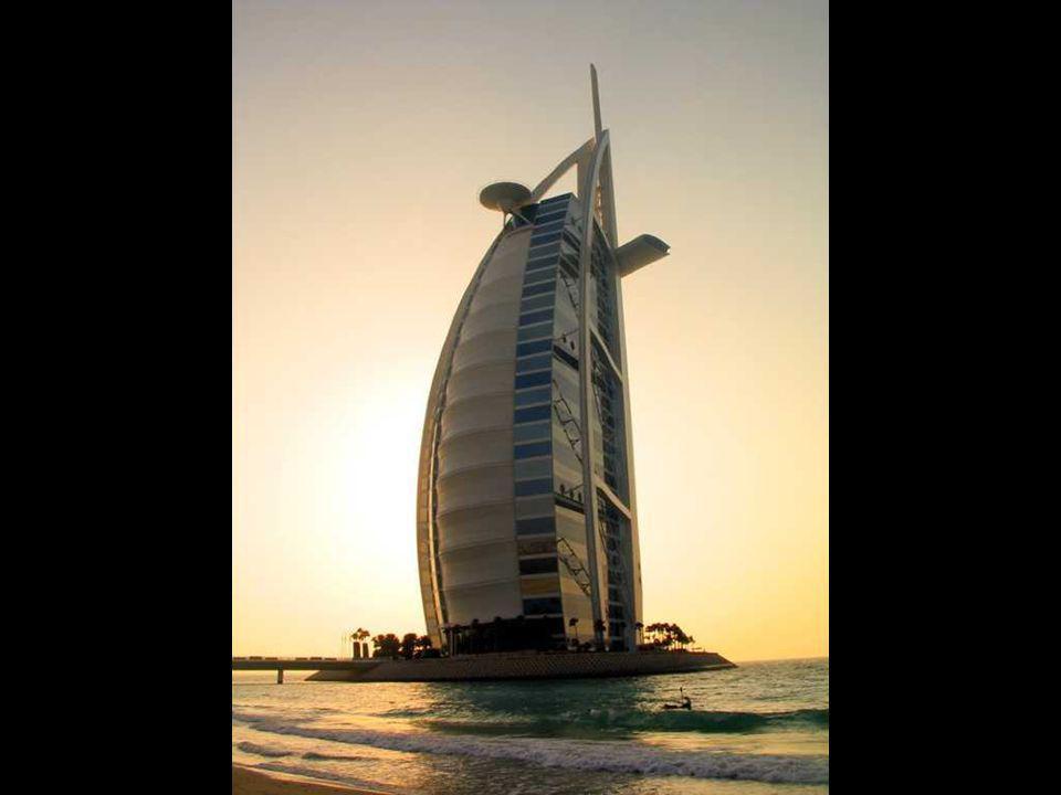 Hotel Burj al-Arab v Dubaji Nejvyšší hotelová budova světa. Nejdražší hotel světa. Jediný hotel na světě se sedmi hvězdami. Postaven na umělém ostrově