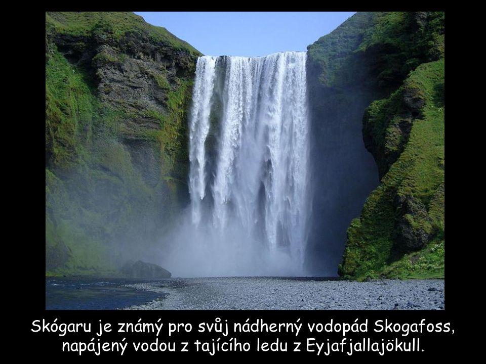 Skógaru je známý pro svůj nádherný vodopád Skogafoss, napájený vodou z tajícího ledu z Eyjafjallajökull.