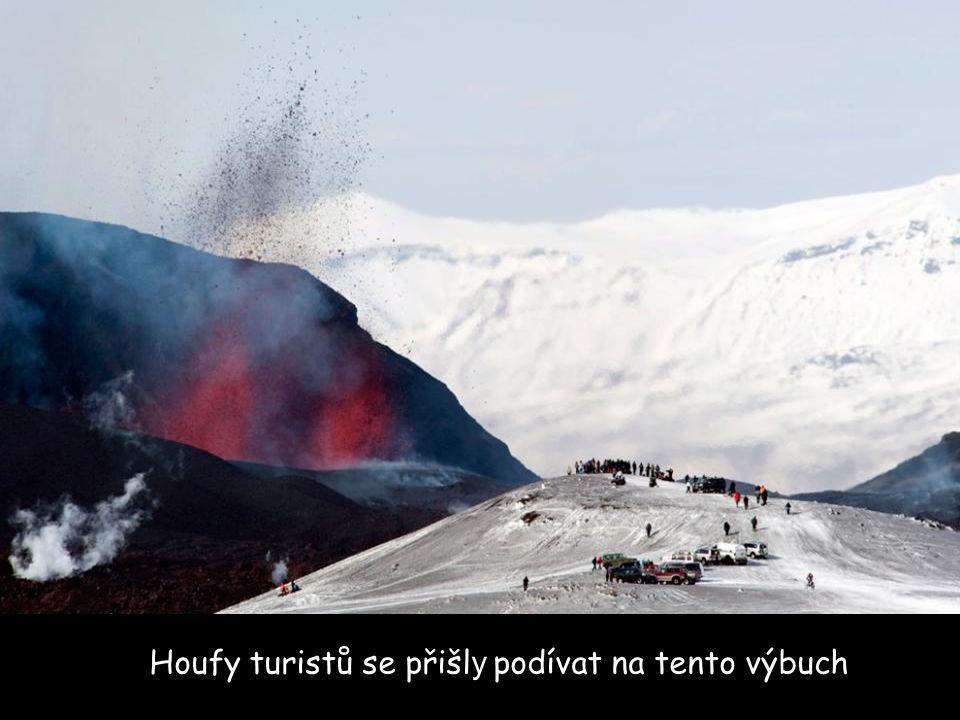 Houfy turistů se přišl y podívat na tento výbuch