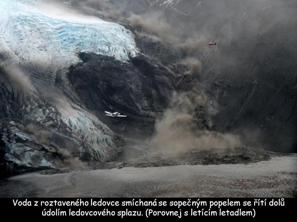 Voda z roztaveného ledovce smíchaná se sopečným popelem se řítí dolů údolím ledovcového splazu.
