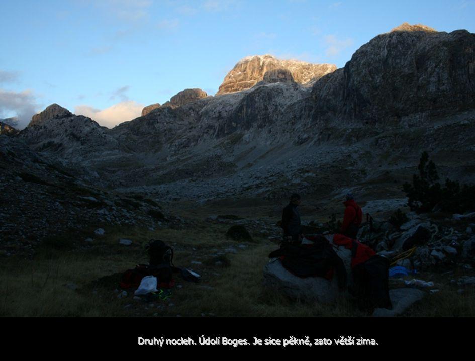 Druhý nocleh. Údolí Boges. Je sice pěkně, zato větší zima.