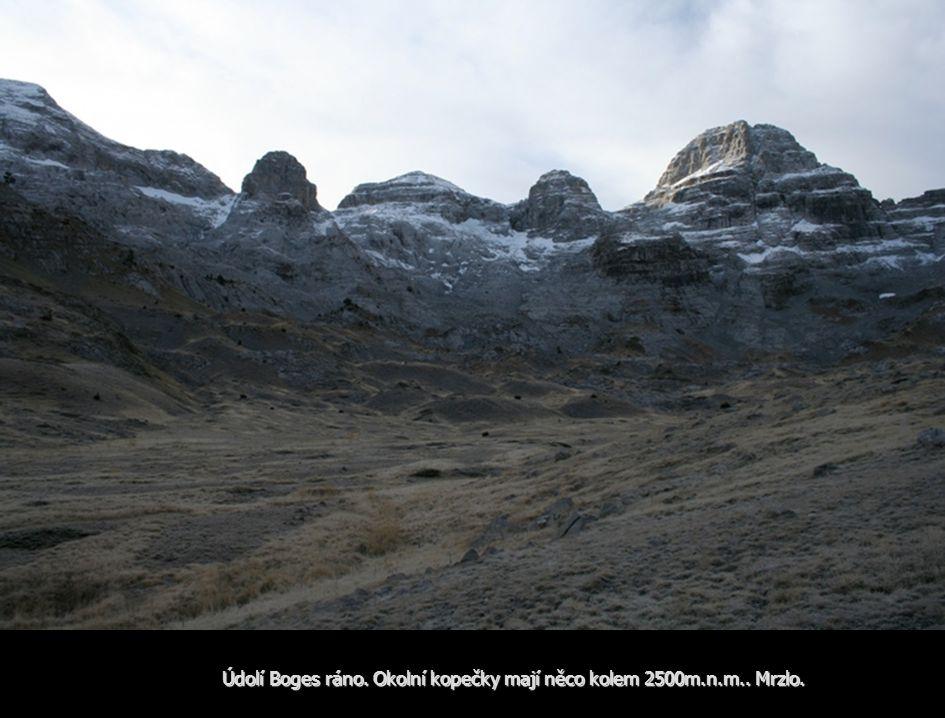Údolí Boges ráno. Okolní kopečky mají něco kolem 2500m.n.m.. Mrzlo.