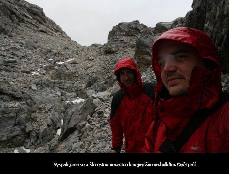 Vyspali jsme se a šli cestou necestou k nejvyšším vrcholkům. Opět prší