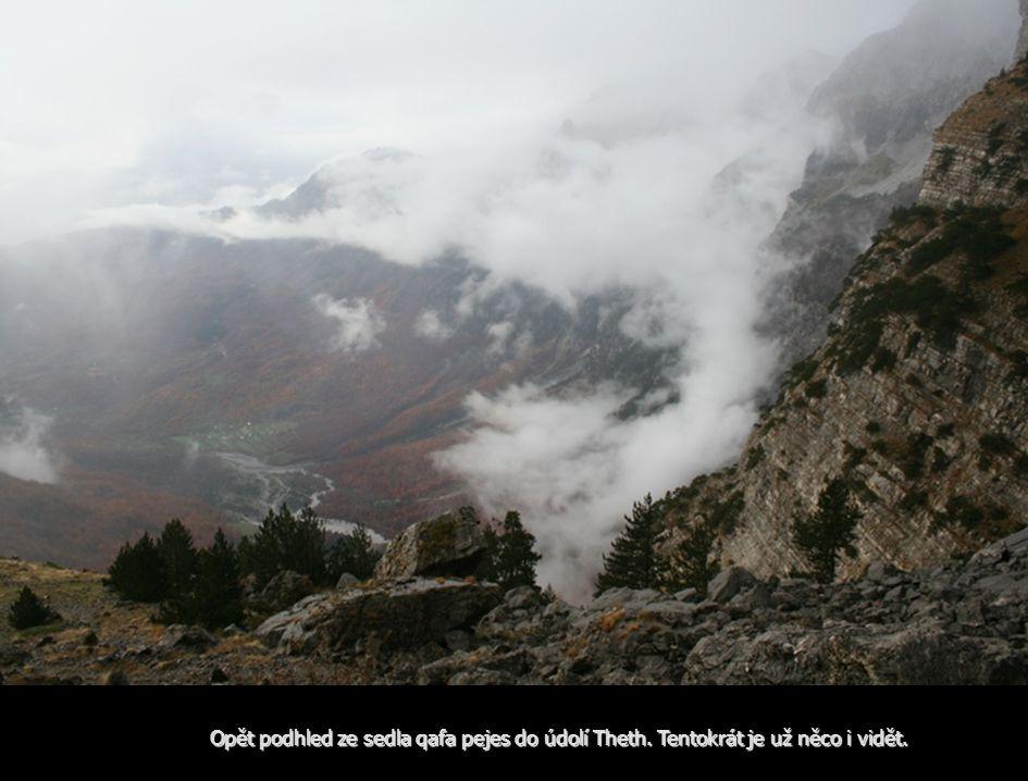 Opět podhled ze sedla qafa pejes do údolí Theth. Tentokrát je už něco i vidět.