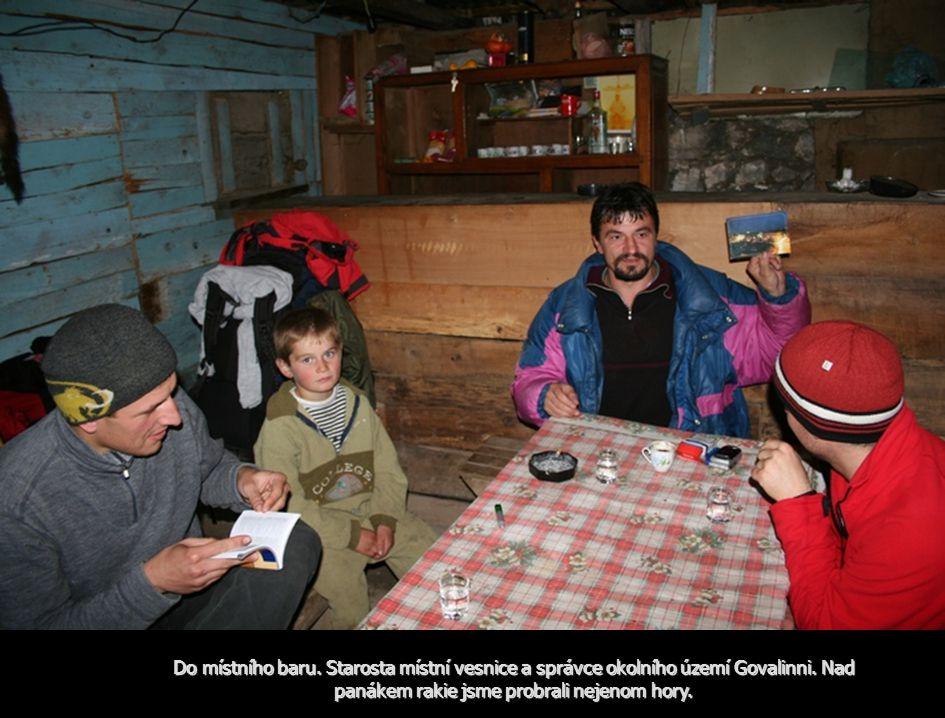 Do místního baru. Starosta místní vesnice a správce okolního území Govalinni.