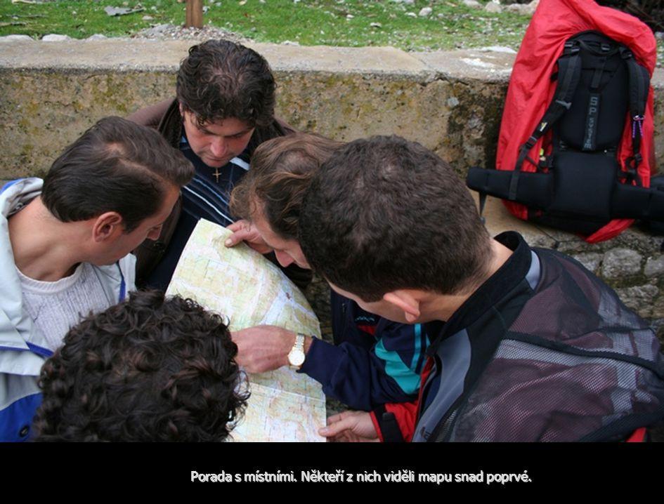 Porada s místními. Někteří z nich viděli mapu snad poprvé.