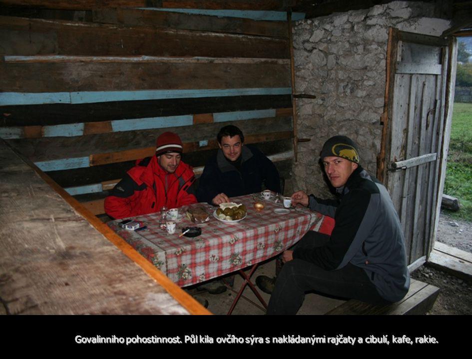 Govalinniho pohostinnost. Půl kila ovčího sýra s nakládanými rajčaty a cibulí, kafe, rakie.