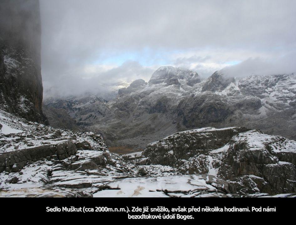 Sedlo Muškut (cca 2000m.n.m.). Zde již sněžilo, avšak před několika hodinami.