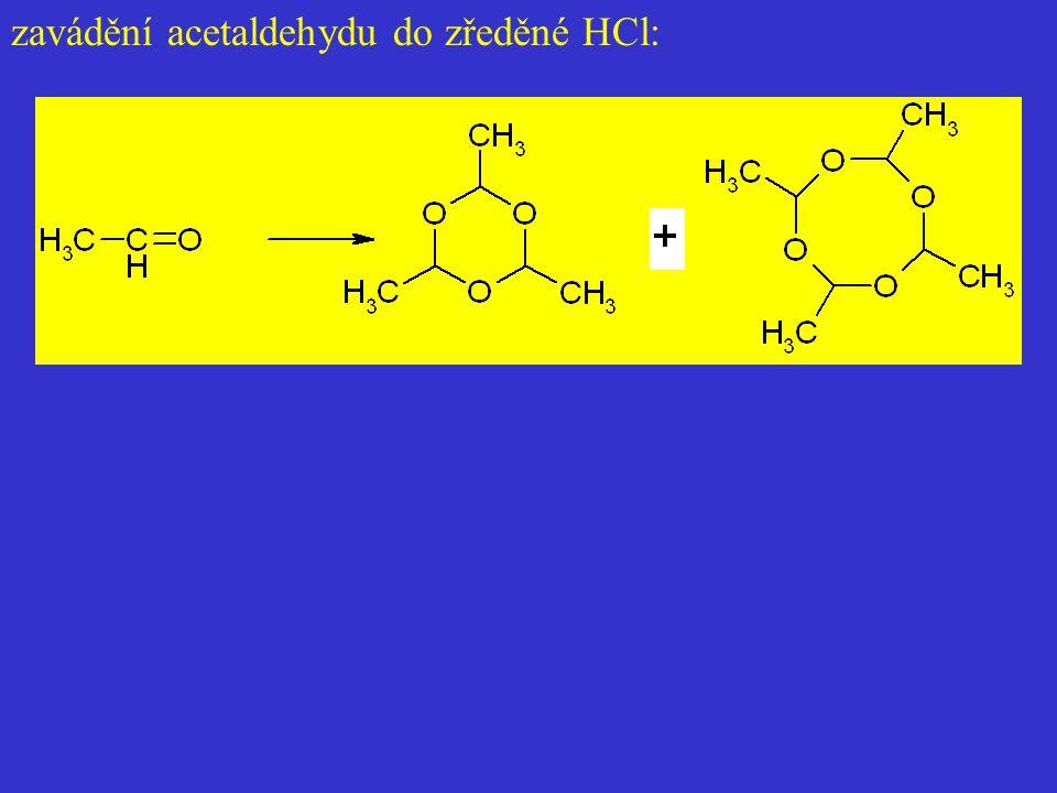 zavádění acetaldehydu do zředěné HCl:
