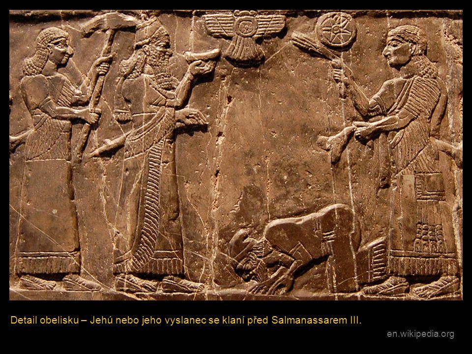 Detail obelisku – Jehú nebo jeho vyslanec se klaní před Salmanassarem III. en.wikipedia.org