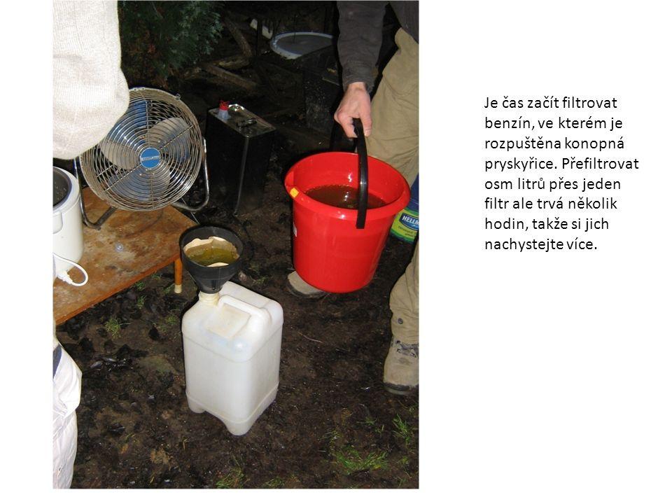 Je čas začít filtrovat benzín, ve kterém je rozpuštěna konopná pryskyřice. Přefiltrovat osm litrů přes jeden filtr ale trvá několik hodin, takže si ji