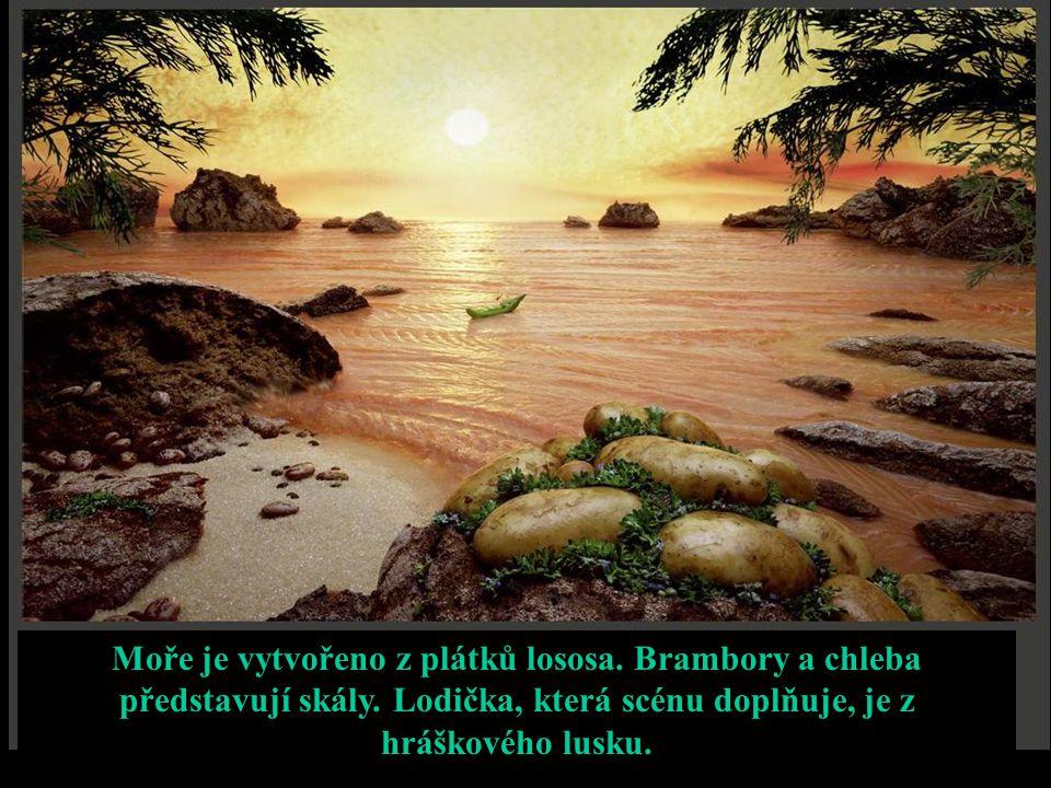 Moře je vytvořeno z plátků lososa. Brambory a chleba představují skály. Lodička, která scénu doplňuje, je z hráškového lusku.