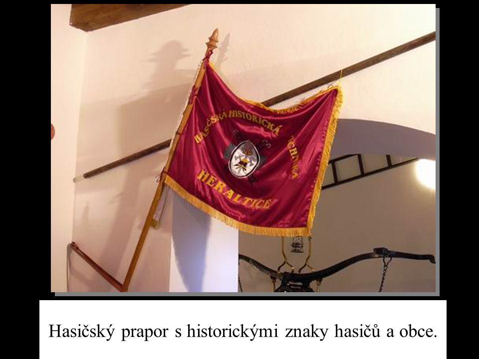 Hasičský prapor s historickými znaky hasičů a obce.