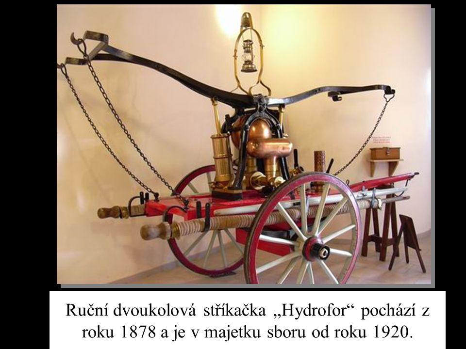 """Ruční dvoukolová stříkačka """"Hydrofor"""" pochází z roku 1878 a je v majetku sboru od roku 1920."""
