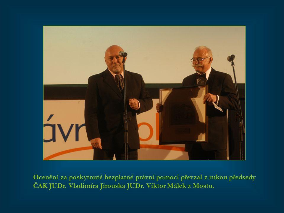 Ocenění za poskytnuté bezplatné právní pomoci převzal z rukou předsedy ČAK JUDr. Vladimíra Jirouska JUDr. Viktor Málek z Mostu.