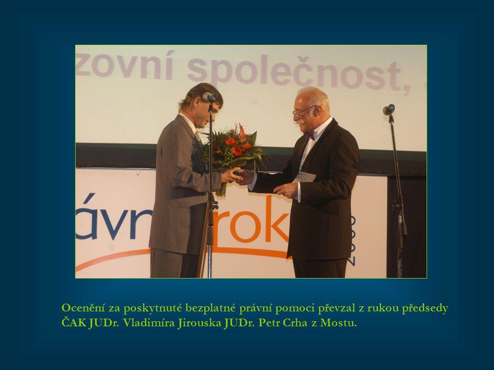 Ocenění za poskytnuté bezplatné právní pomoci převzal z rukou předsedy ČAK JUDr. Vladimíra Jirouska JUDr. Petr Crha z Mostu.