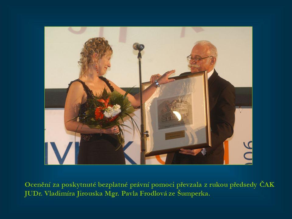 Ocenění za poskytnuté bezplatné právní pomoci převzala z rukou předsedy ČAK JUDr. Vladimíra Jirouska Mgr. Pavla Frodlová ze Šumperka.
