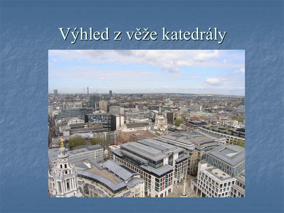 Zámek Windsor leží cca 35 km západně od Londýna, je postaven na pahorku nad řekou Temží, je největším obydleným zámkem na světě, královská rodina jej využívá jako své letní sídlo.