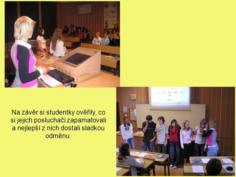 Na závěr si studentky ověřily, co si jejich posluchači zapamatovali a nejlepší z nich dostali sladkou odměnu.