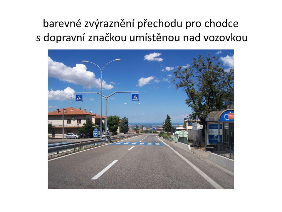 barevné zvýraznění přechodu pro chodce s dopravní značkou umístěnou nad vozovkou